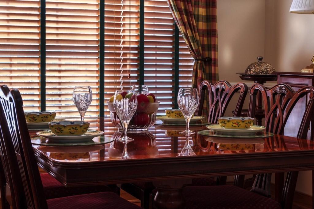 dinner-table-663435_1920.jpg